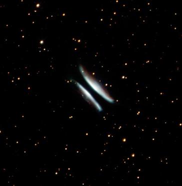 戈麦斯汉堡包。这颗恒星刚开始从红巨星转变为行星状星云。中间黑色的条带则是围绕恒星的尘埃。距离:6500光年。尺度:0.25光年。版权:NASA, ESA和The Hubble Heritage Team (STScI/AURA)