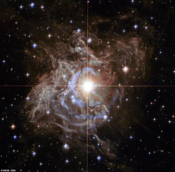 """哈勃望远镜观测到""""宇宙花环"""":体积是太阳的200倍"""