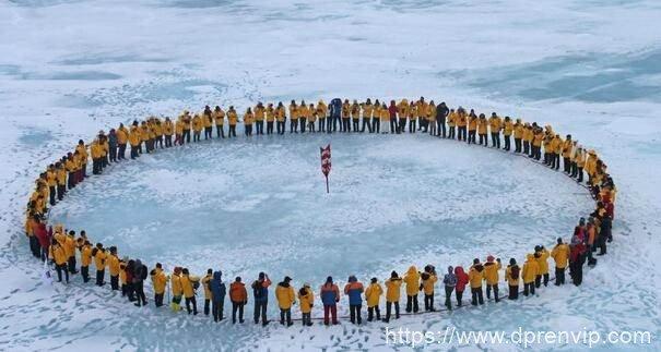 【脑洞系列】假如有个人站在地球的北极点上,他会感觉到自己是在原地旋转吗?