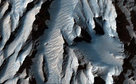 """这张惊人的火星""""大峡谷""""特写照片让我们起了鸡皮疙瘩"""