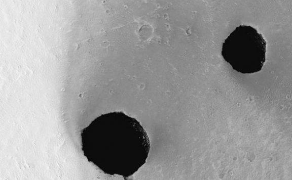 火星表面发现两个深坑最大直径超300米