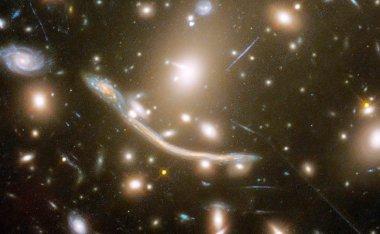 92亿光年外发现33亿光年长的宇宙巨弧,天文学家:不该存在